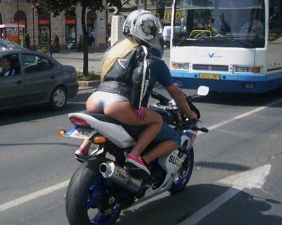 Ezúton is gratulálunk a kedves motoros kollégának, hogy ilyen látványos, ám kevéssé hatékony védőfelszerelésben ültette fel barátnőjét a motorra...